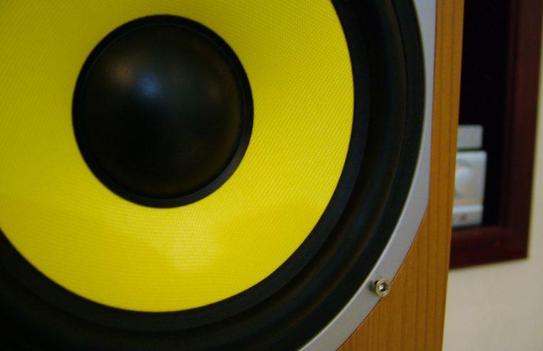 Co oznaczają cyferki przy zestawach głośników?